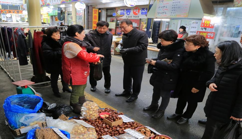 충북농기원 직원 전통시장 장 보기 운동 전개