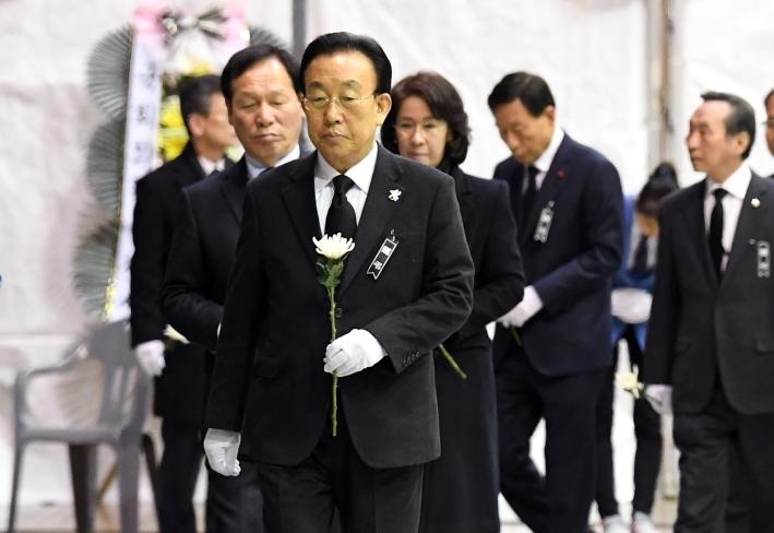 밀양 화재사고 희생자 합동분향소 찾은 김관용 경북도지사