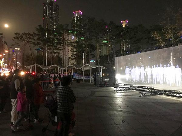 사진1-2.지난 31일 동탄센트럴파크에서 4월15일 제암리 학살 희생자를 기리는 홀로그램 추모 퍼포먼스가 펼쳐졌다.jpg