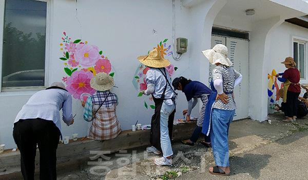 도암2리 클린이천과 함께하는 마을회관 벽화 그리기 학습기부로 행복을 나눠요 - 신둔면 마을회관 벽화 그리기.jpg
